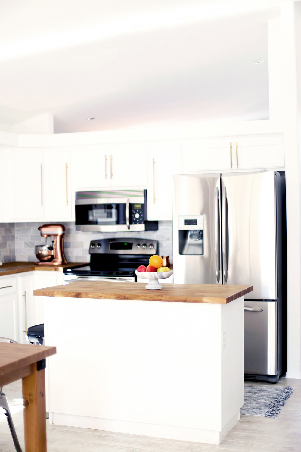 white kitchen with brass kitchen hardware