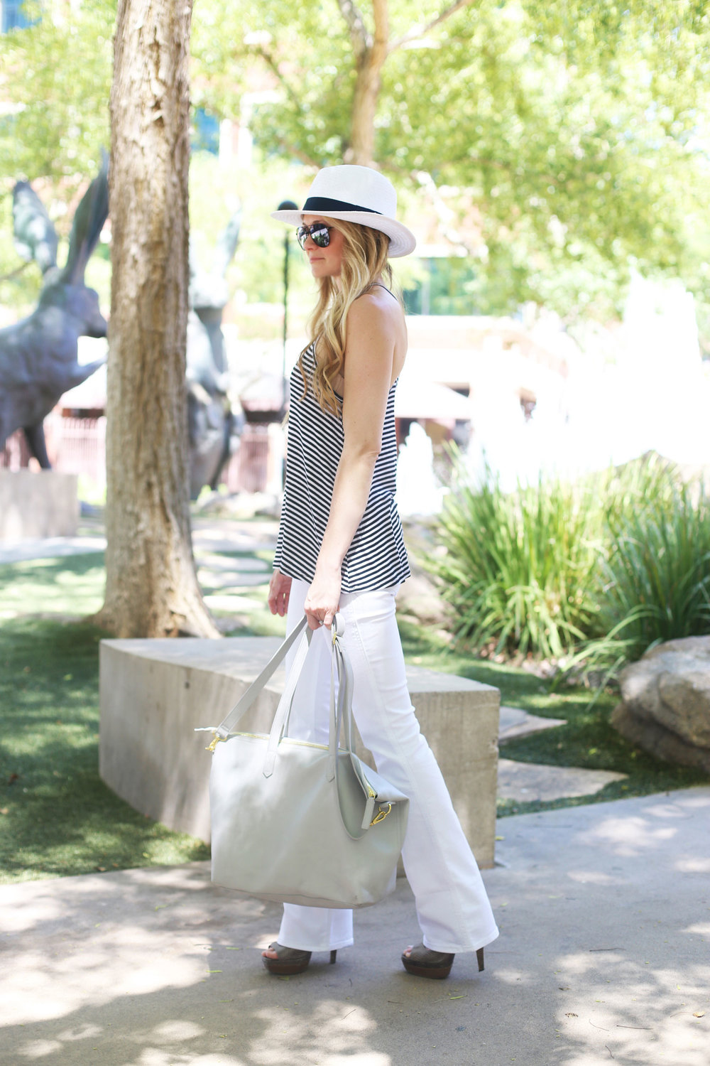 How to Style White Jeans | Jean outfits, Outdoor party