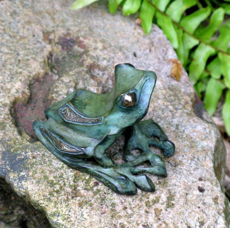 bronze-frog-sculpture-john-maisano-4.jpg