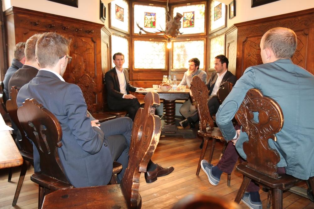 Außenminister Sebastian Kurz bei der Aussprache mit Vertretern verschiedener Jugendorganisationen im Batzenhäusl.