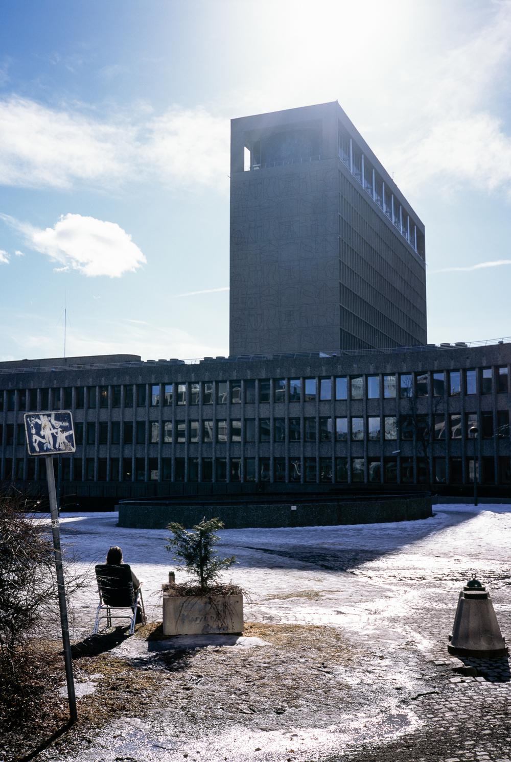 Plass i solen.  En ansatt ved Deichmanske hovedbibliotek i Oslo tar en pause ute i solen en vinterdag i 2011.Regjeringskvartalet ble senere rammet av terrorangrepet 22. juli samme år. Foto: Adrian Bugge