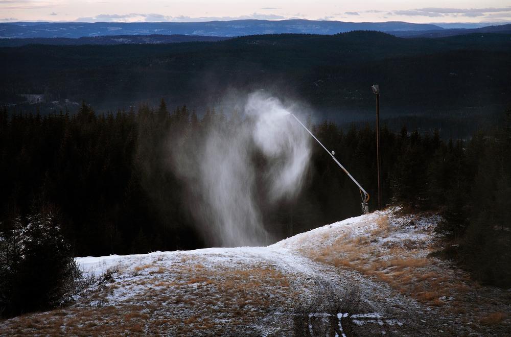 Kunstsnø III 2006   I Inngrep-prosjektet utforsker jeg møtet mellom det naturlige og det menneskeskapte.  Les mer...