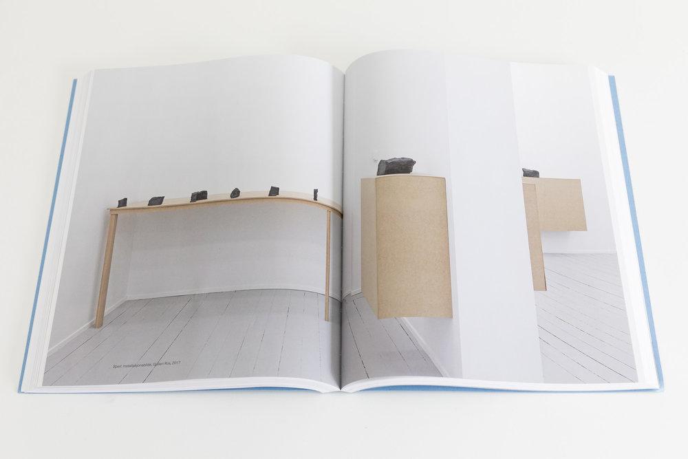 """Dokfoto i boken """"Annontert. Stein Rønning. Arbeider, skisser og notater 1978-2018"""""""