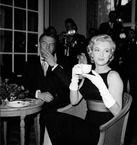 Marilyn drinking tea with Laurence Olivier at the Savoy Hotel London, 1956.