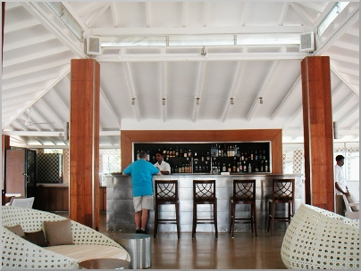 The very modern SFX bar, overlooking the ocean. We have a drink in the beautiful SFX bar.