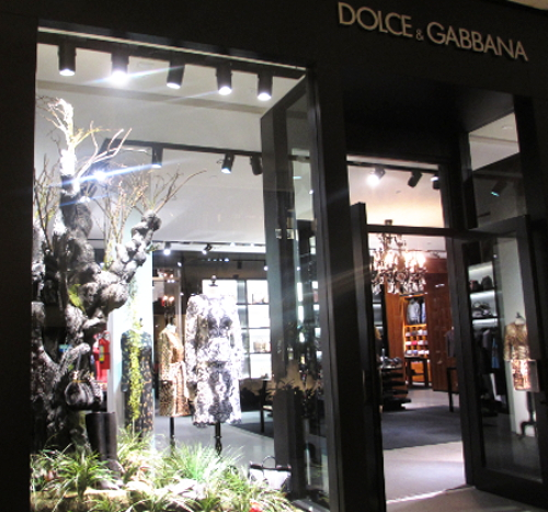 D&G window with garden theme display.