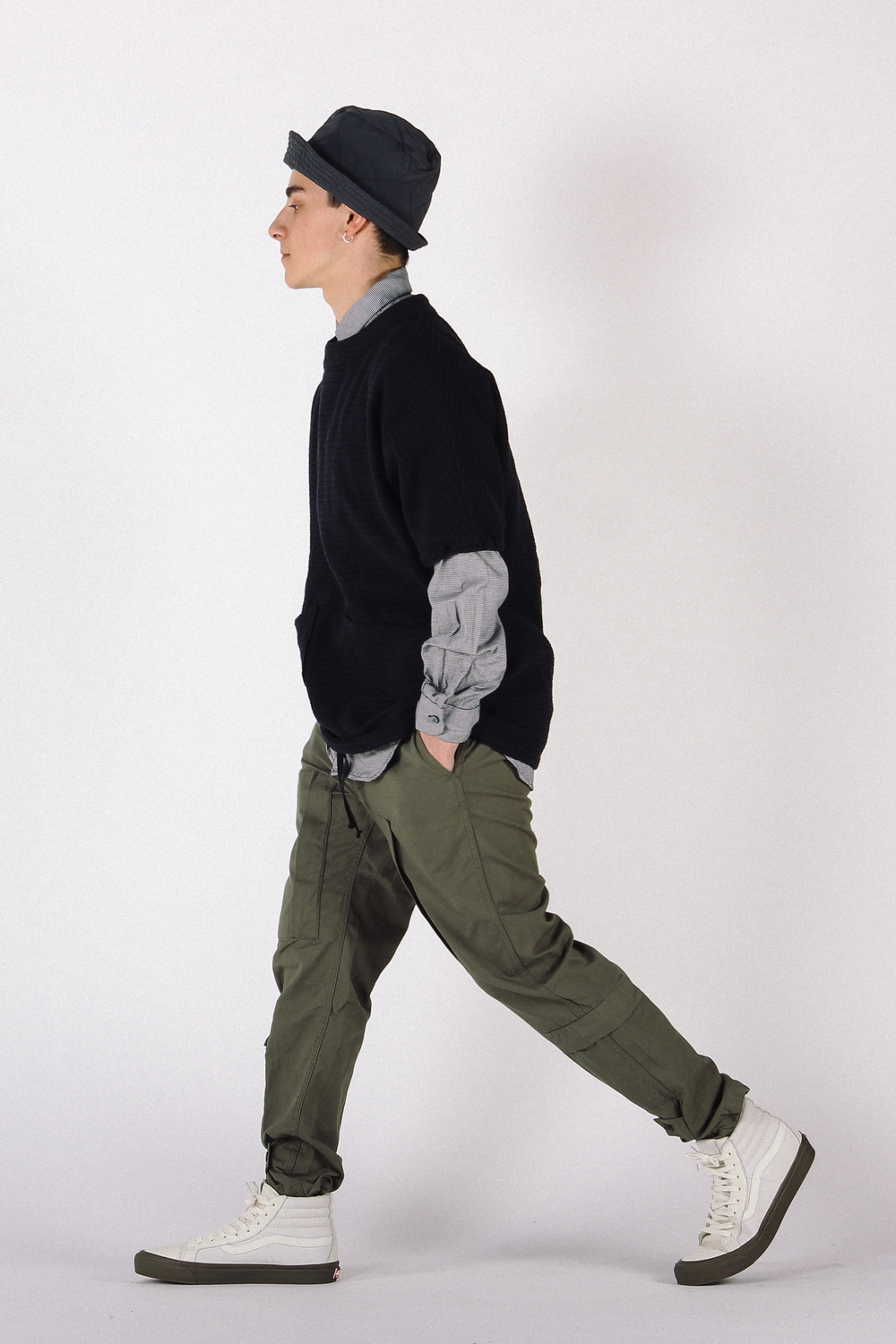 Chapeau: Engineered Garments Bucket Hat Haut: Engineered Garments Chemise à smocks Chemise: Engineered Garments Chemise à col court Pantalon: Engineered Garments Flight Pant Chaussures: Vault par Vans Sk8-Hi LX