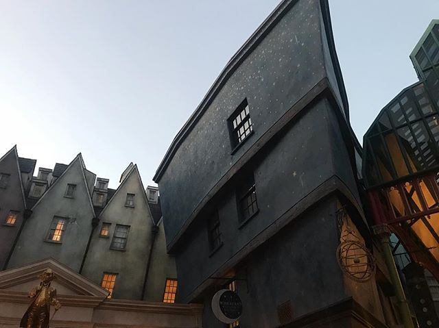 """Upon stepping foot into Harry Potter World — Me: """"Holy 💩!"""" Kid next to me: """"Retweet."""""""