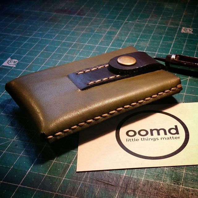 Create your own #customwallet, this two tone Slide Wallet in green and black was heading out the door yesterday.  Something a bit different for a custom with vision.  For a the full range of #officeofminordetails range head to officeofminordetails.com.  #leather #miniwallet #menswallet #leatherwallet #minimal #minimalism #minimalistwallet #minimalwallet #leathercraft #handmade #byronbay