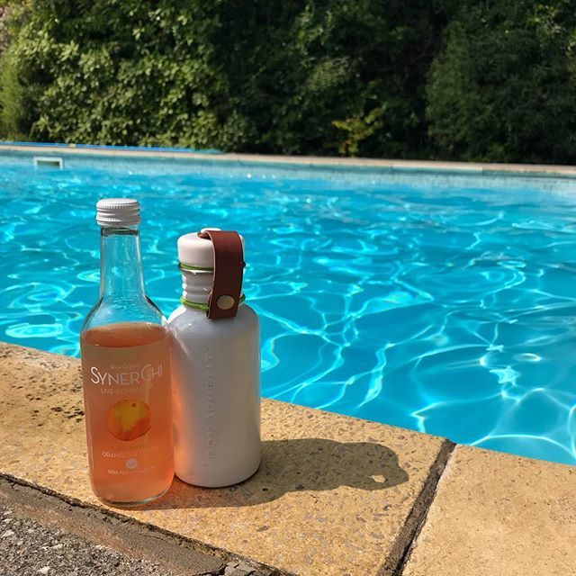 Well aren't we just spoilt with this weather these days! Remember to stay hydrated in the sun with your reusable water bottle! @blackblumdesign We also have @synerchi_kombucha available in our boutiques, so refreshing and help to keep your gut healthy. Happy Sunday folks! . . #synerchi #kombucha #plasticfree #stayhydrated #summerdays #sunnysunday #yogainspired #yogaboutique #yogalifestyle