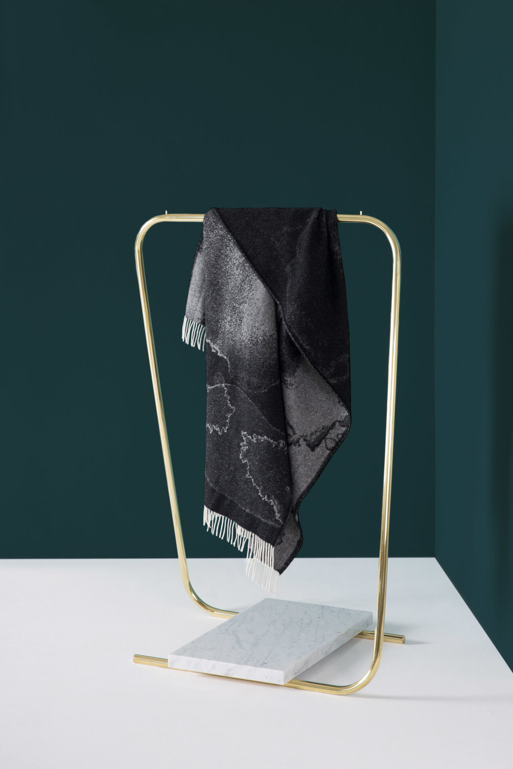 Fil Clothing Rack 'Brass' with marble stone and Hazy Blanket