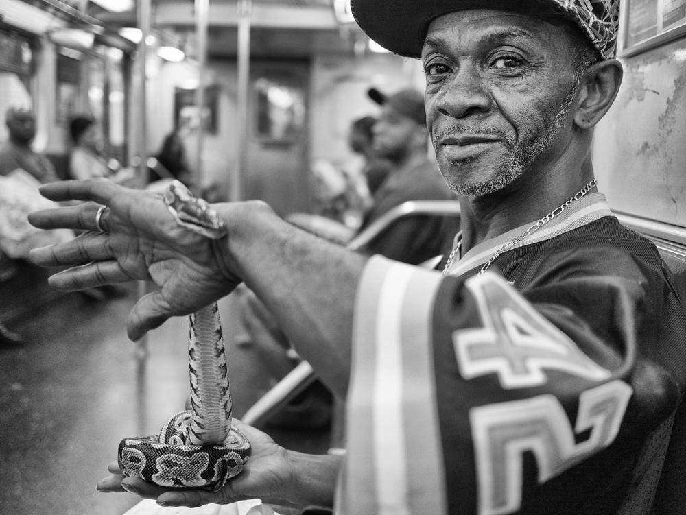 O homem que vendia cobras, no metro.