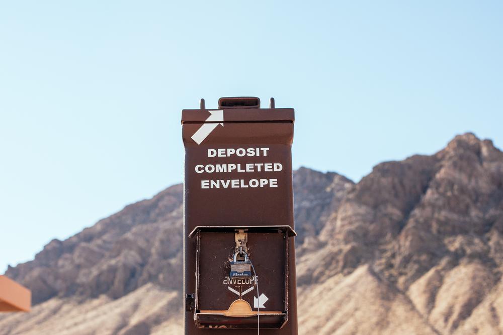 """Entrada do parque com forma de pagamento """"total confiança nos visitantes"""". Valley of fire."""