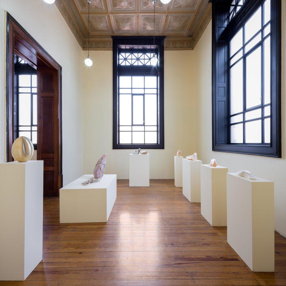 """Janet Levy es una escultura que vive en Los ángeles que trabaja principalmente con piedras.  Su exposición """"Butterfly double"""" fue expuesta en el  Museo de Geología  durante el mes de Marzo de 2018."""