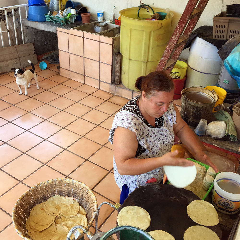 prima lupe haciendo tortillas.jpg