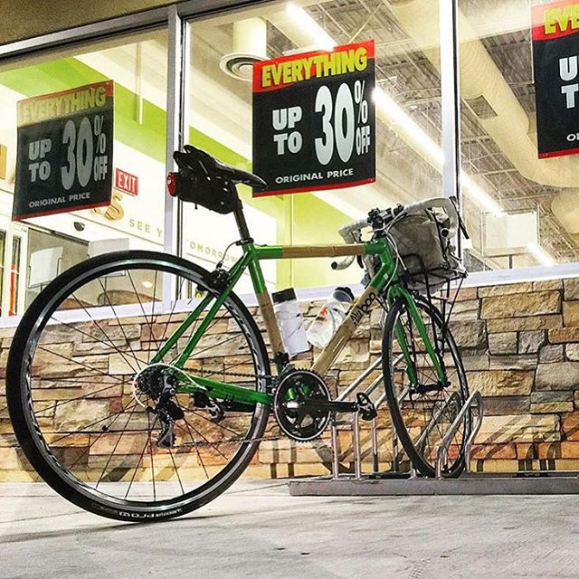 Spotted @notaficus with a quick run to the market using our Carga rack this weekend.  _ #ridevivos  #commuter  #bicycle  #cycling