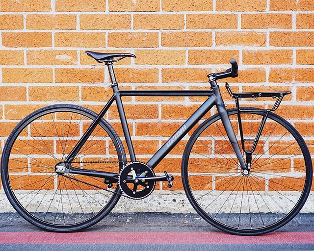 Picked up an @unknownbikes Type-1 complete and added our Carga Rack to make the ultimate commuter. 😍  Shop our sale: www.vivosbikes.com