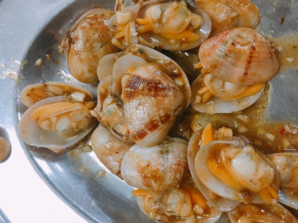 Garlic Clams, try the Lala (Bamboo Clam) usually sold out after 8pm.