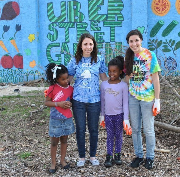 Twins gardening with twins. We loved getting to know these kids & teaching them how to grow produce & the importance of healthy eating. #urbangarden #fruit #vegetables #philly #OneMillionActsOfGood #GoodGoesRound 🍍🍑🍐