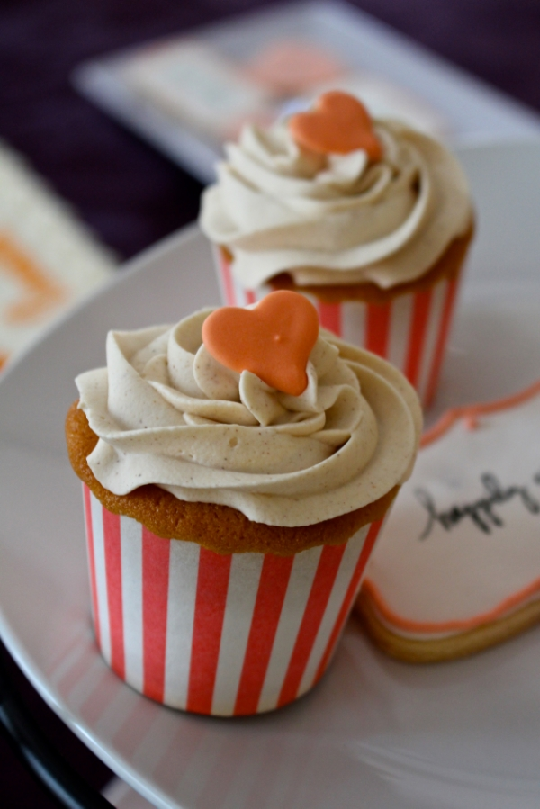 Peach cobbler cupcakes with cinnamon buttercream