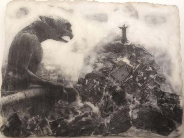 Gárgula e Cristo | 2006 | Foto impressa em parafina sobre madeira | 30 x 40 cm