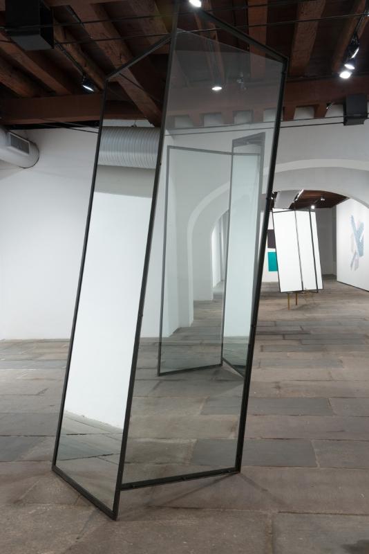 S/ Título | 2015 | Aço, vidro e espelho | 290 x 133 x 100 cm