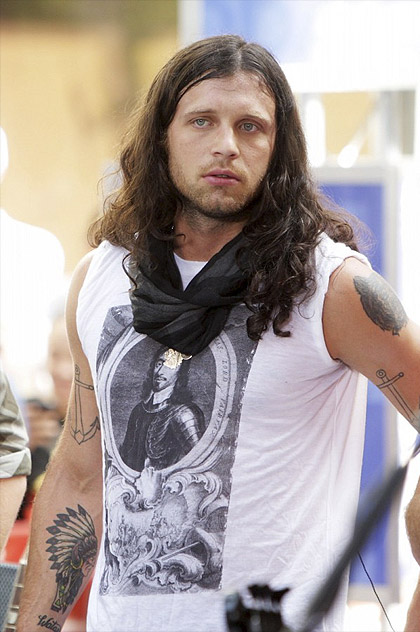 Nathan Followill from Kings of Leon wearing a Burberry t-shirt, 2009. What could he say about other tattooed men in snoods? Photo from My Many Bags, where you can see many celebrities and models in this shirt.