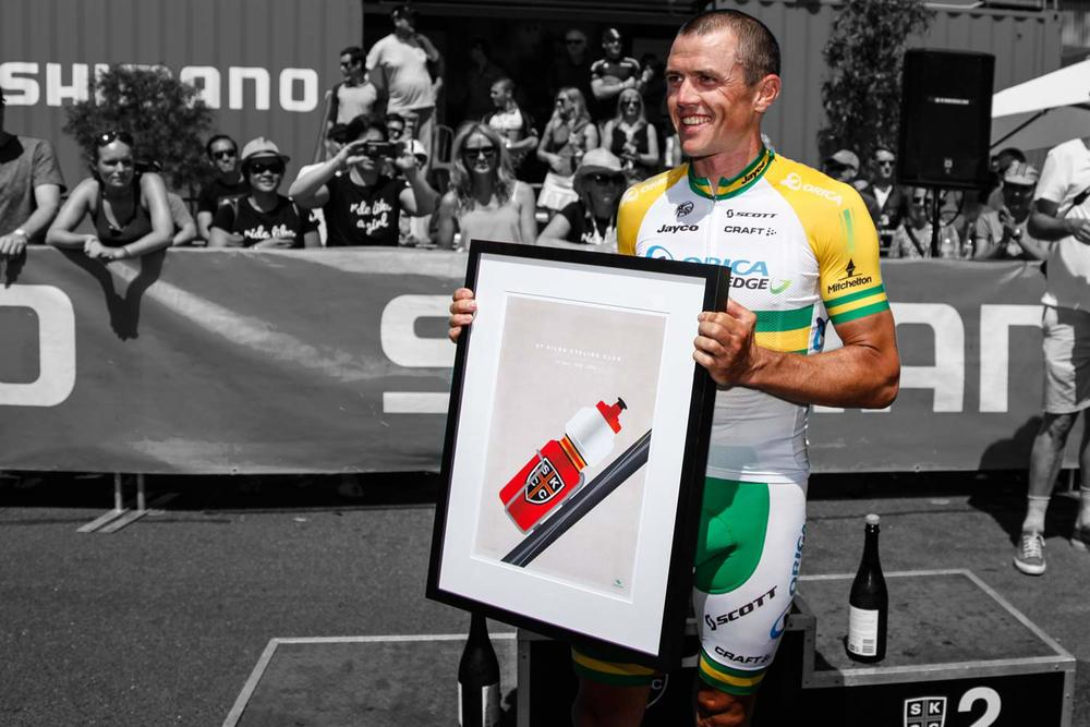 Simon Gerrans receiving a veloposters print at St Kilda CC Shimano Supercrit