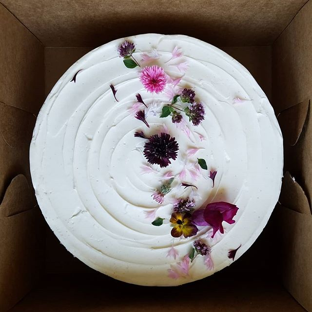 Cake + edible flowers = 😍😍😍