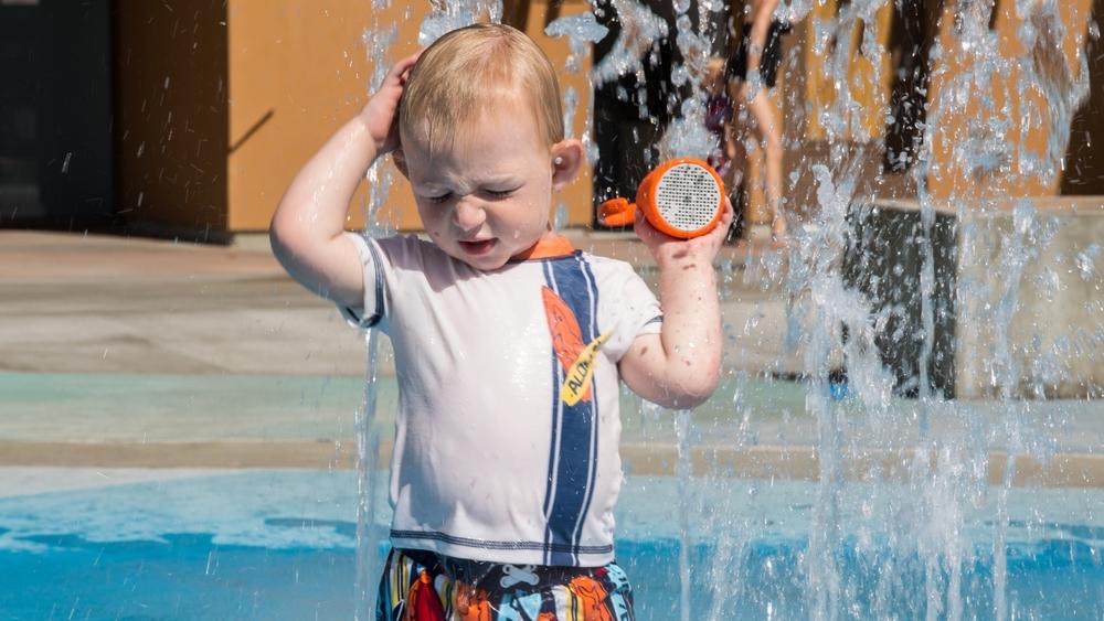 polk_boom_swimmer_duo_portable_waterproof_bluetooth_speaker_water_park_lifestyle011.jpg