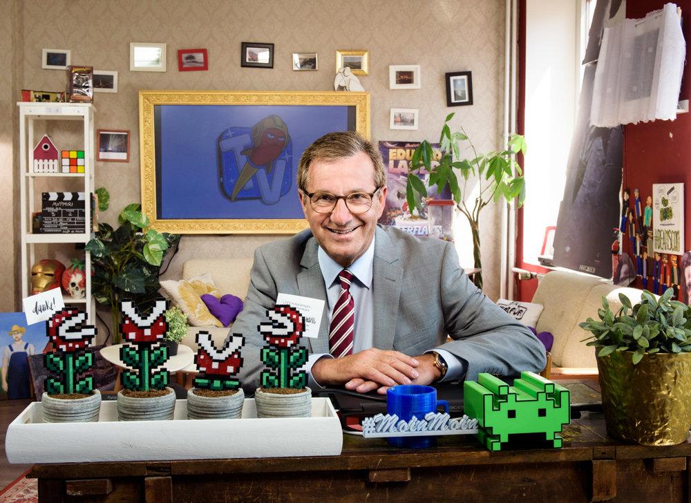 Tagesschausprecher Jan Hofer im Hamburger Studio von Rocket Beans TV - für Medienbroschüre der Stadt Hamburg