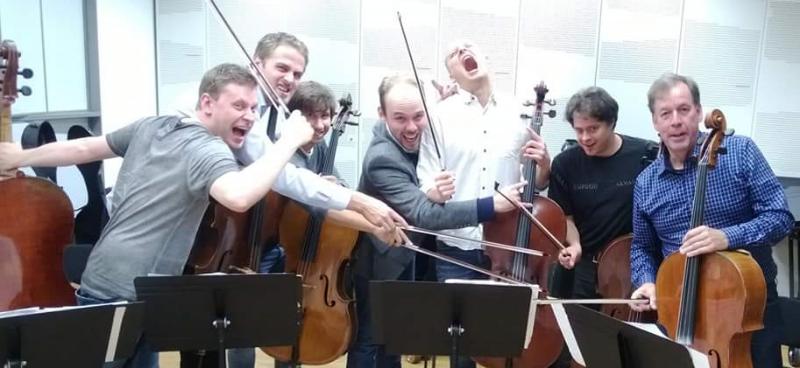 Total Cello Ensemble ja keskellä Ville Matvejeff