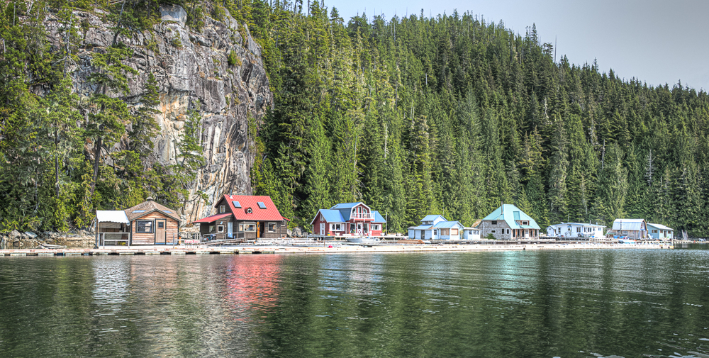 the houses on the other side of echo bay