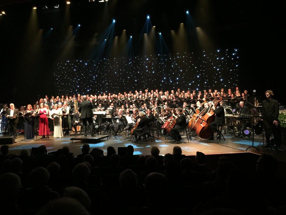 På dette bildet har vi fått med nesten alle aktørene under selve finalen på Festkonserten. Med ryggen til: Svein Rustad = Primus motor for hele dette majestetiske arrangementet -som for en mengde andre fantastiske musikk- og kulturopplevelser i byen vår i en årrekke. Du verden hva du får til, Svein !! (Bilde: Privat)