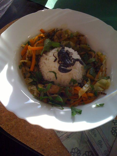 Wokgemüse mit Grillen, Heuschrecken und Schwarzkäferlarven, dazu ein Skorpion