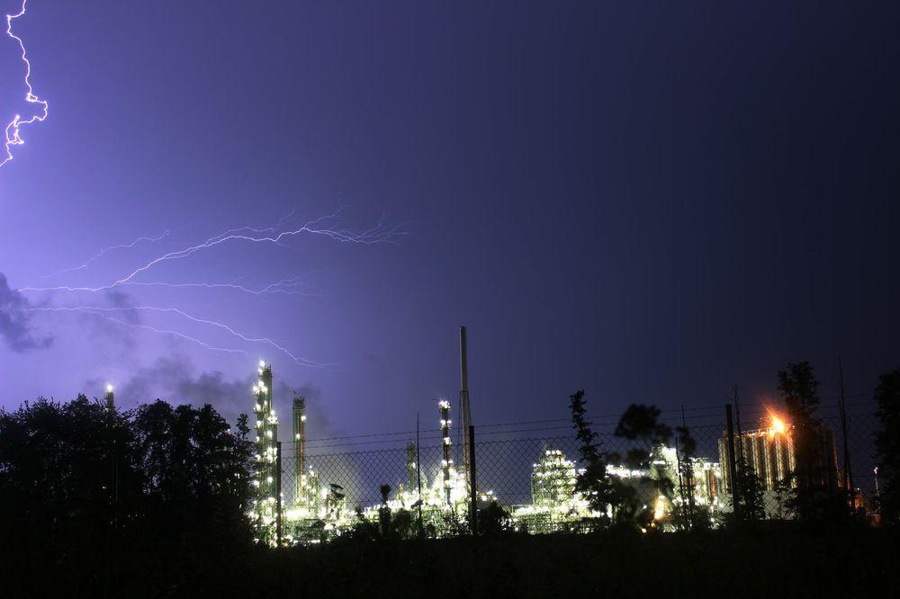 Gewitter über Fabrik