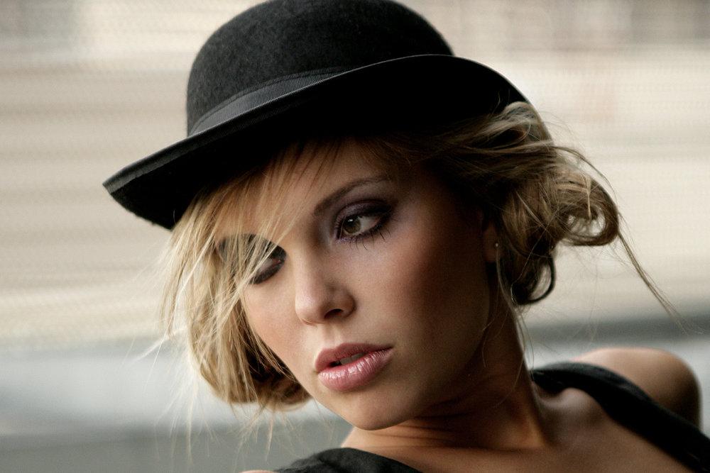Sara-hat.jpg