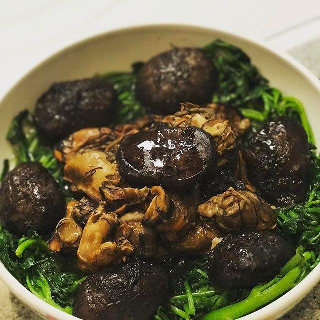 Essential Chinese New Year dish😜 Braised sun-dried jumbo oysters, shitake mushrooms, Chinese black seaweed, and watercress😋「發財好市」