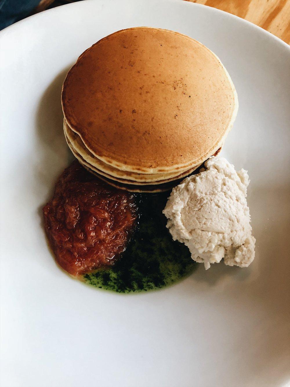 Pancake, toronja, ricota, y estragón