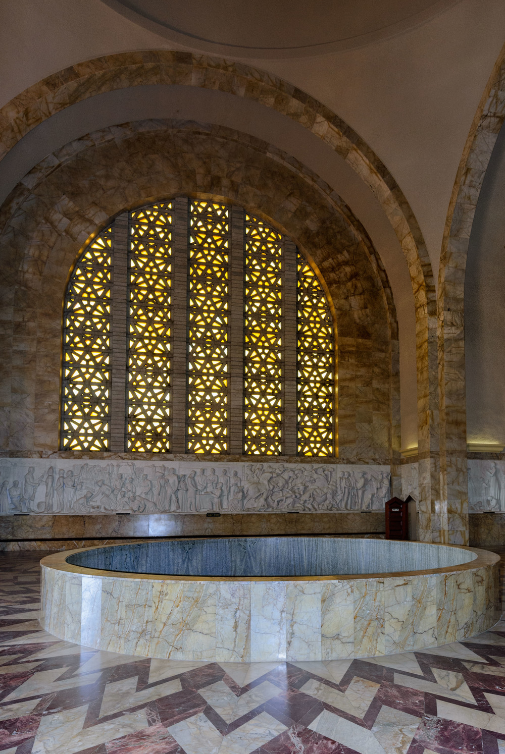 This massive space, flanked by four huge arched windows made from yellow Belgian glass, contains the unique marble Historical Frieze which is an intrinsic part of the design of the monument.