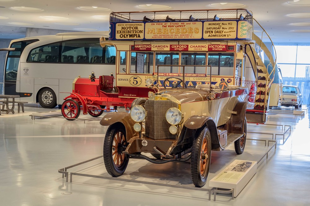 In front the  16/45 hp Mercedes-Knight tourer.   Beginning in 1911 Daimler-Motoren-Gesellschaft (DMG) equipped several car models with Knight engines.