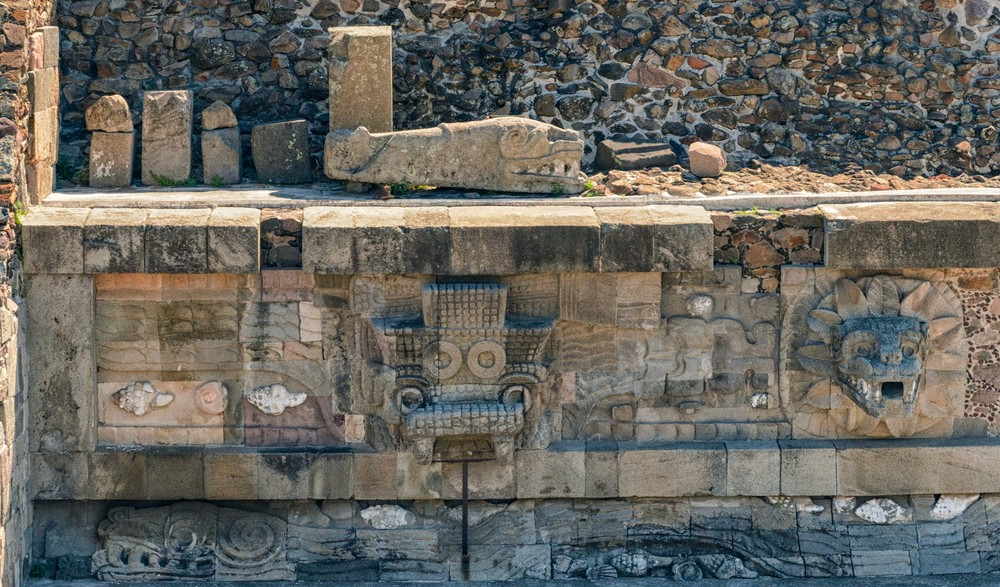 The facade of the temple is very unusual. It presents high relief of the big serpents heads carved in stone. They protrude from the collar of feathers. Each image of the head weighs 4 tons.