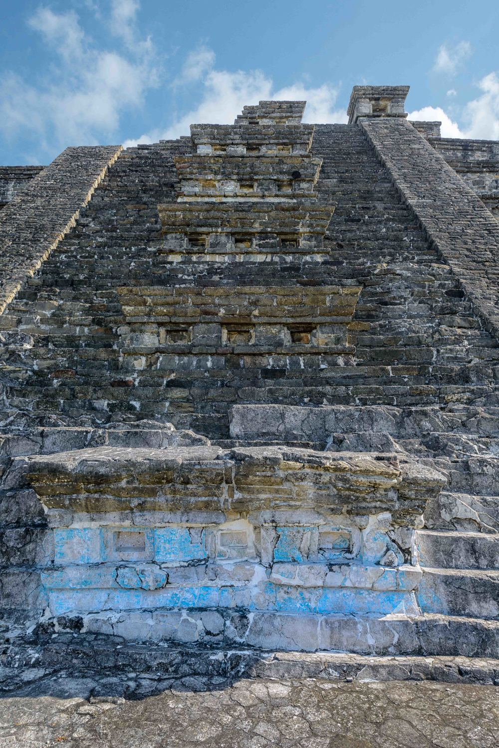The   Blue Temple   has some features that set it apart from other pyramids at the site. Except for six benches on the staircase and at the top of the balustrades, probably later additions, there are no niches.