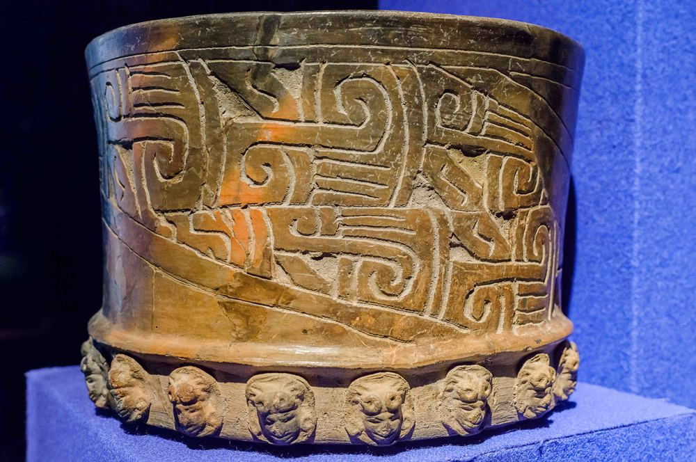 Material from the Maya zone. Some of the sites in the Maya area in which Teotihuacan cultural elements have beed discovered are in Campeche, Yucatan, Belice and Guatemala. The vessel presented indicate a distant interchange with these great cultural area of southeast Mesoamerica.