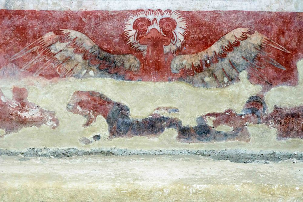 Murals with eagles. Found on the wall of a portico, a room and a corridor. The images represent a symbolic meaning, possibly associated to certain social groups which made use of the temples.