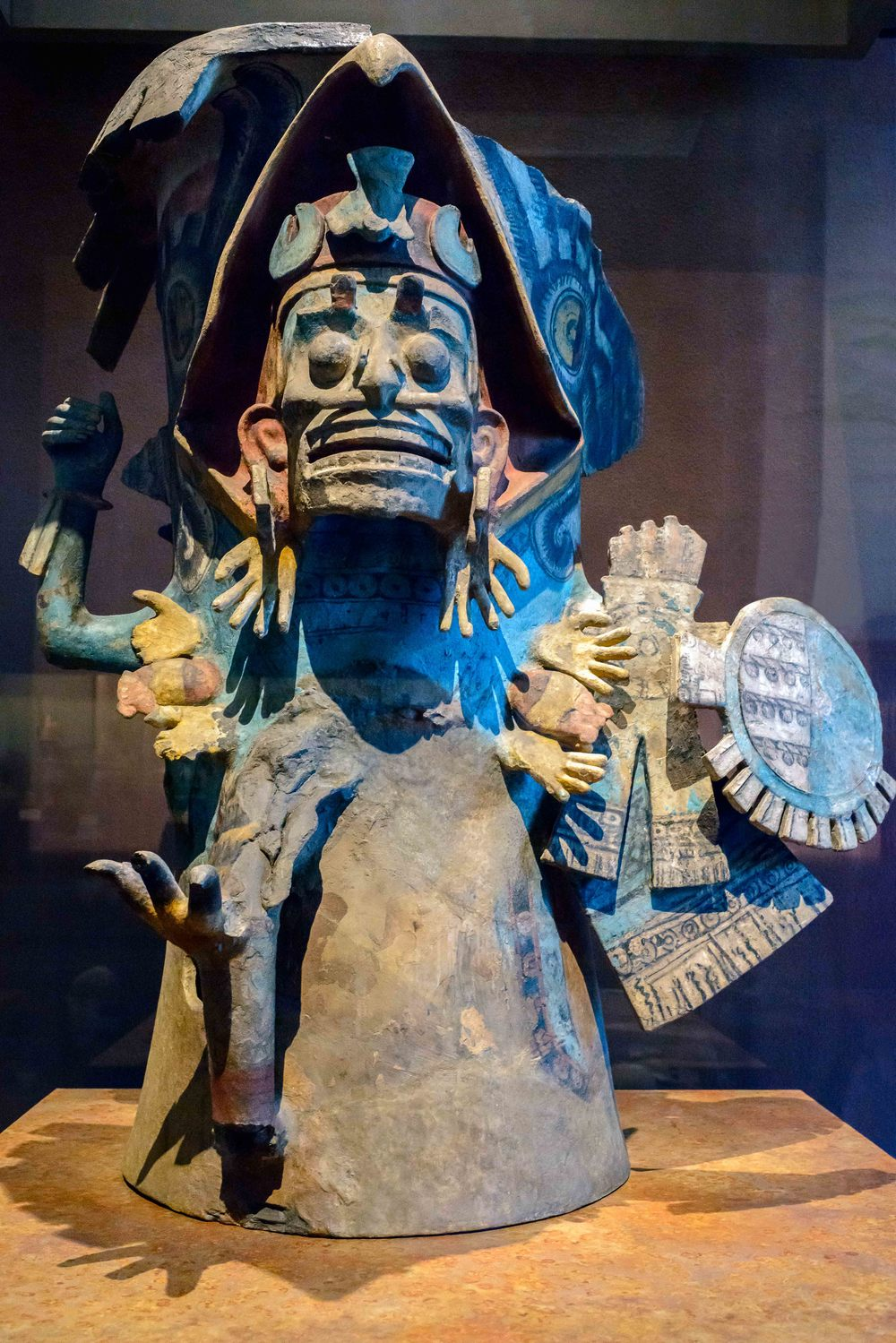 Brasero warrior. The picture painted and modeled in this splendid brazier is a dead eagle warrior, as shown by the stark face and wearing ornaments like ear-shaped hands and cut necklace hands and hearts as carrying deities death.