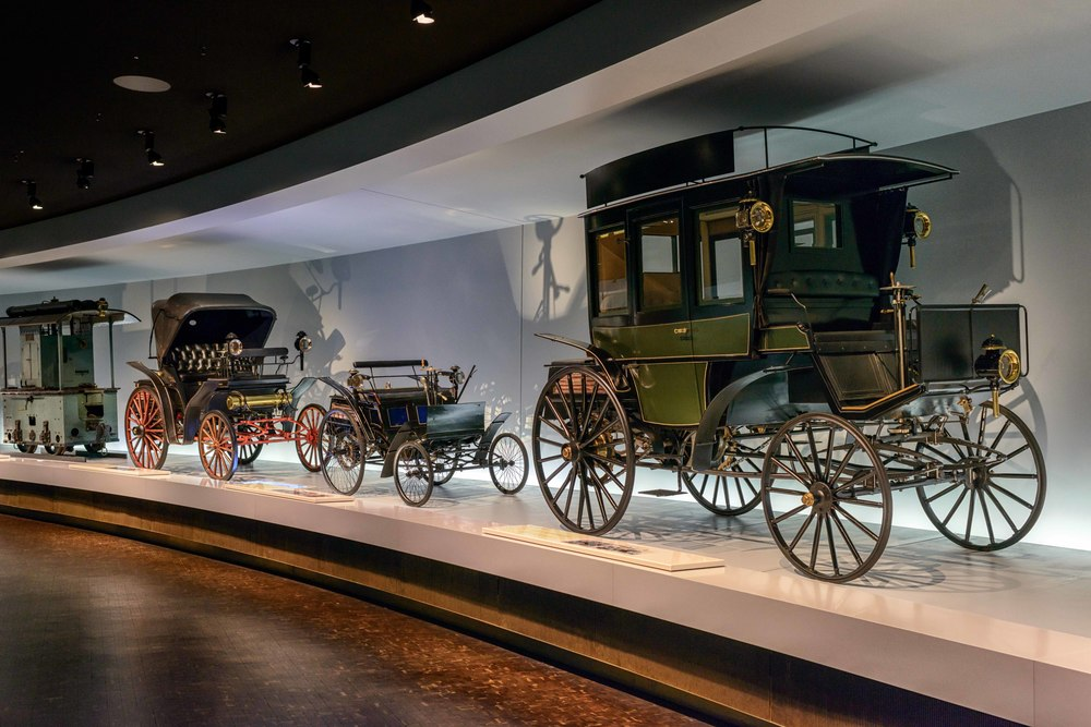 In front is the  Benz motorized bus.  In 1895 Benz & Cie. built the world's first two buses which ushered in the era of motorized local public transport.  Behind is the  Benz Motor Velocipede  and  Benz Vis-à-Vis .
