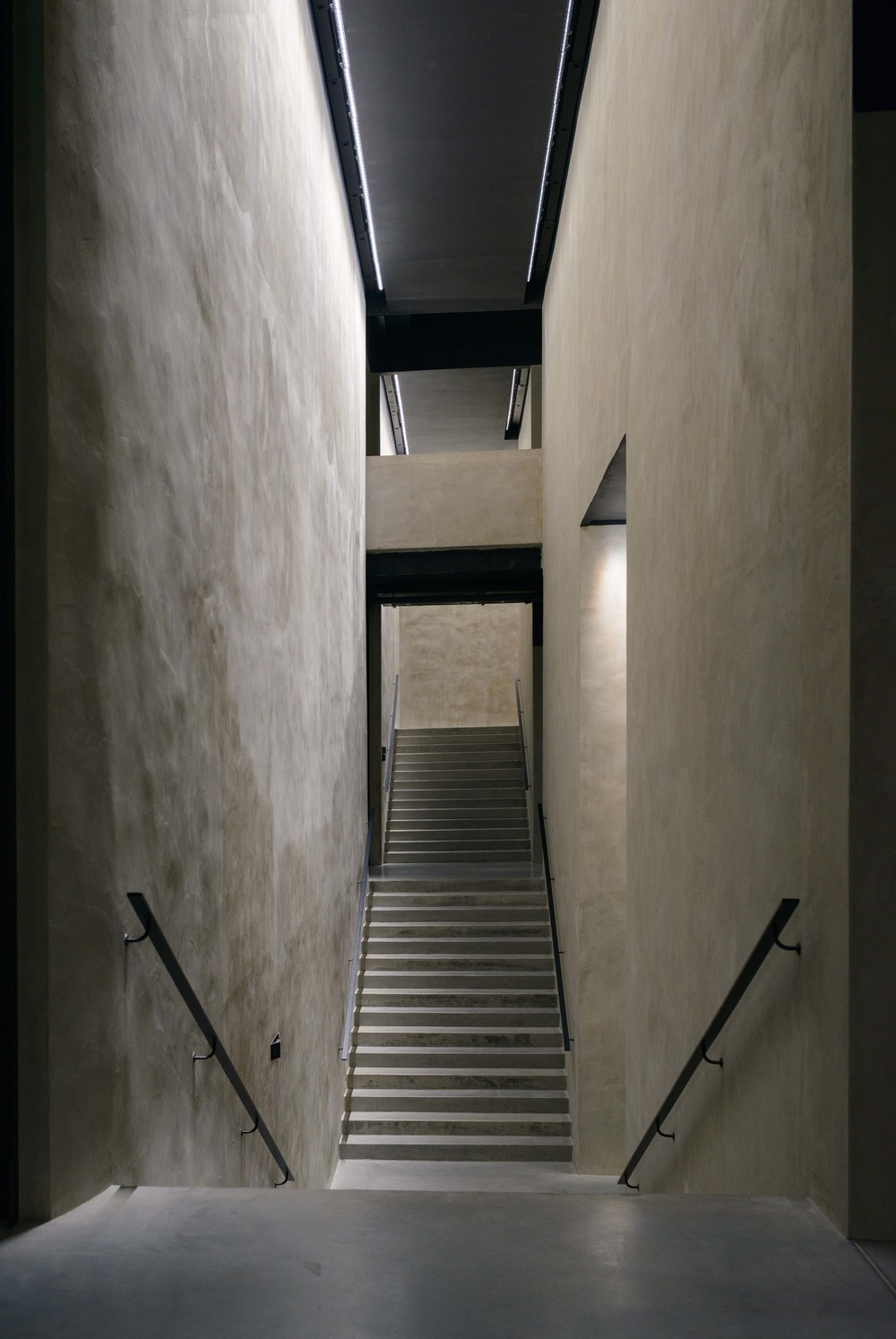 The central staircase linking the four levels and organising the exhibition route passes through a vertical opening.