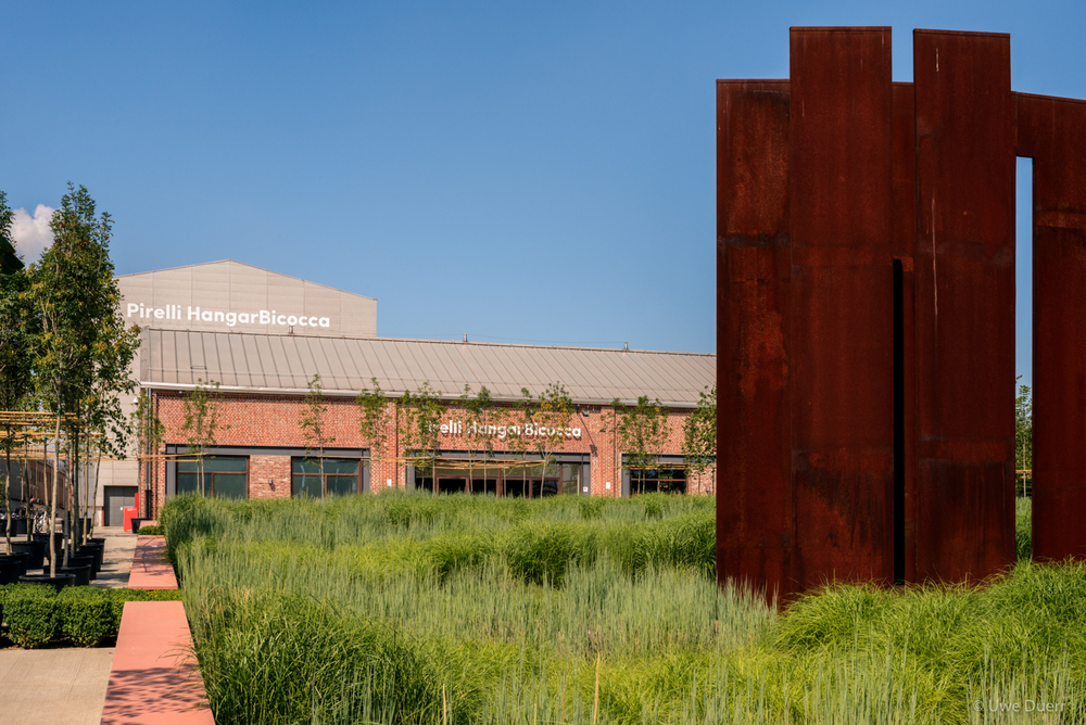 Placed in the garden of Pirelli HangarBicocca in 2010,  La Sequenza  welcomes visitors to the exhibition space.