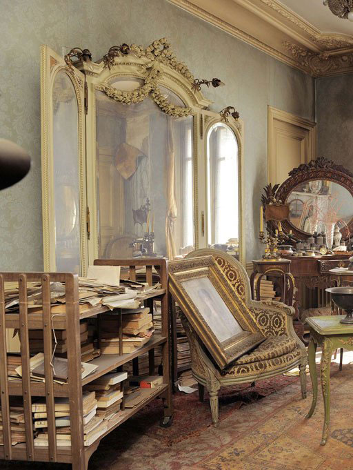 perfectly-preserved-paris-apartment-discovered-after-70-years-with-valuables-and-paintings-1.jpg